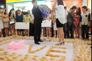 What`s Weirder? Man proposes to girlfriend with 1,001 hot...dogs (3 pics)