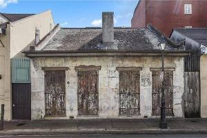 This 200-Year-Old Unremarkable House Will Blow Your Mind. Obviously Don`t Judge The Book by Its Cover (17 pics)