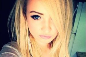 This Sweet and Beautiful Singer Has A Secret, Can You Guess What? (15 pics)
