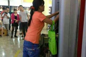 The power of money! Chinese woman tears down ATM machine by hands because it didn`t dispense money