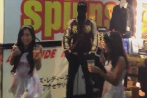 Tall American in Japan Dresses as a Mannequin, Scares Passersby. Everyone Loves It but the Cop…