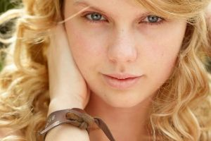 Taylor Swift Without Eyeliner (It`s weirder than you think)