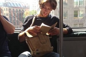 Hot Dudes Reading In Trains Are the New Sexy Thing... *drools*
