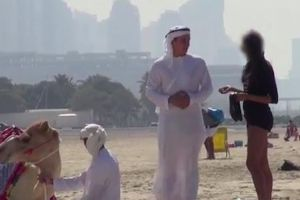 Guy Exposes Gold Diggers By Using A Camel To Pretend He's Royalty