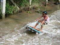 How Thai people enjoy the flood with their home-made transports