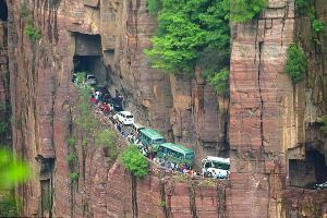 Meanwhile: traffic jam on the mountain in China. On the mountain!! OMGG