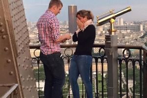 Help the internet find this couple who got engaged at the Eiffel Tower (4Photos)