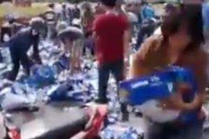Truck with 1500 beer cases crashed on Vietnamese street, thousands people stopped to steal the beer