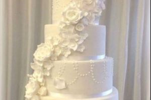 Couple Find a Brilliant Compromise for Their Wedding Cake (2 pics)