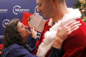 Soldier Dresses up as Santa to Surprise Nurse Mom for Christmas