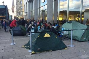 People around the World Camp Out to Buy the New iPhone 6S (16 pics)
