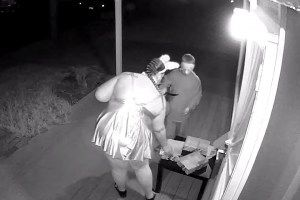 Trick-or-Treating Mom Steals House`s Entire Halloween Candy Stash