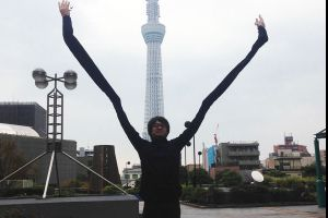 Meanwhile in Japan: Man makes selfie arms to avoid being seen using selfie sticks (6 pics)