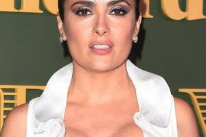 Salma Hayek Flaunts Massive Cleavage in a Very Revealing Dress at the Evening Conventional Theatre Awards (7 pics)